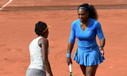 Las hermanas Williams son eliminadas en dobles, Murray avanza